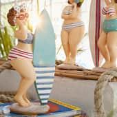 Deko-Figur Molly, mit türkisfarbenem Surf-Board, Polyresin, ca. L9 x B7 x H19,5 cm Katalogbild