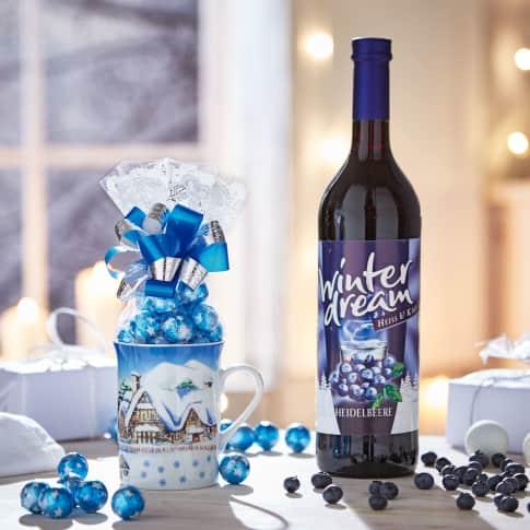 Geschenk-Set Wintertraum, Weinhaltiges Getränk mit Vanille und Heidelbeere, Vollmilch-Schoko-Kugeln, Tasse aus Porzellan Katalogbild