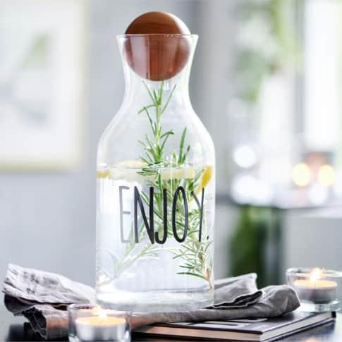 Glas-Karaffe Enjoy, Holzball als Verschluss Inszeniertes Bild