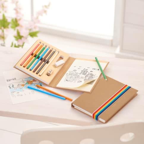 Malbuch-Set, Enthält 6 Buntstifte, 1 HB Bleistift, 1 Radiergummi, 1 Anspitzer aus Holz, Malblock mit 10 Blatt zum Ausmalen,10 Blatt blanko Inszeniertes Bild