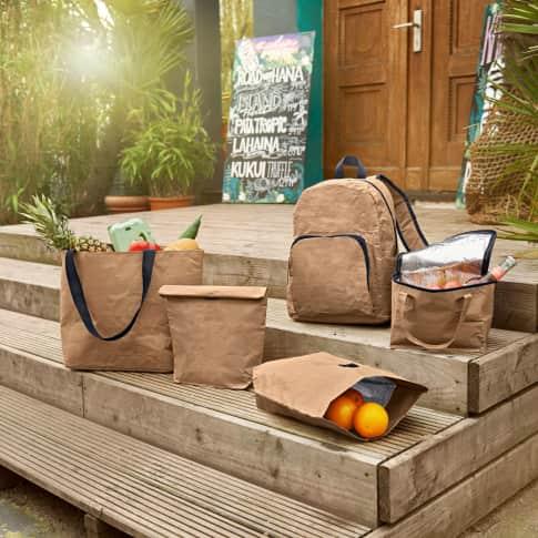 Kraftpapier-Rucksack, gepolsterte, verstellbare Schulterriemen, 2 Seitentaschen, 1 zusätzliche Fronttasche mit Reißverschluss Inszeniertes Bild