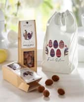 Osterbeutel, mit Trüffelmandeln, 70 g mit belgischer Schokolade und Kakao umhüllt Inszeniertes Bild