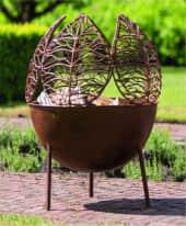Feuerschale Emberlyn, handgefertigt, Outdoor geeignet, Blätter-Design, Metall, ca. Ø47 cm Inszeniertes Bild